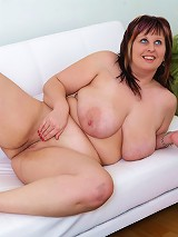See fresh plump ho spread her wide hips on cam
